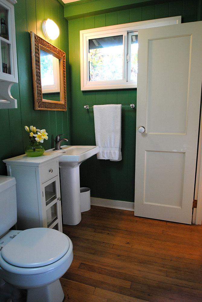 en.suite bathroom next to master bedroom